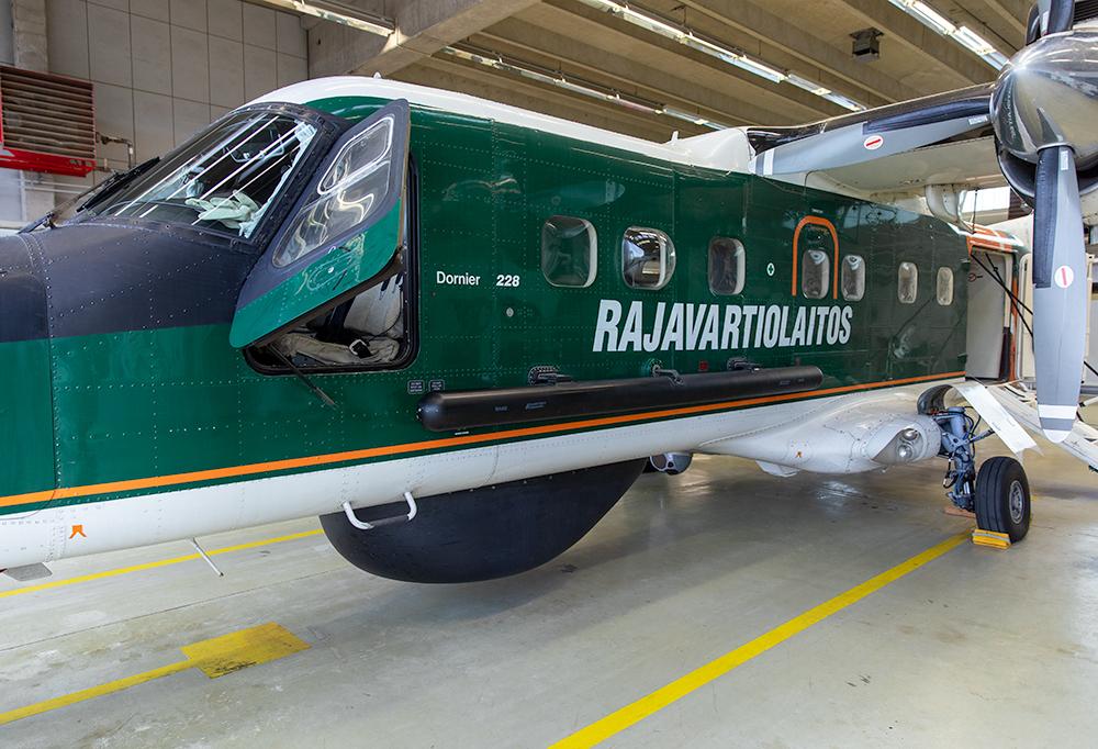 Kuvassa on vihreä Rajavartiolaitoksen kone.